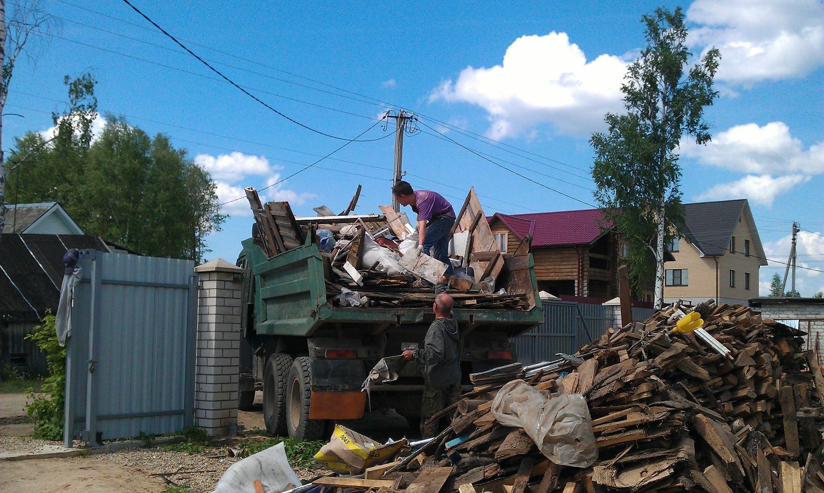 строительный мусор у дома