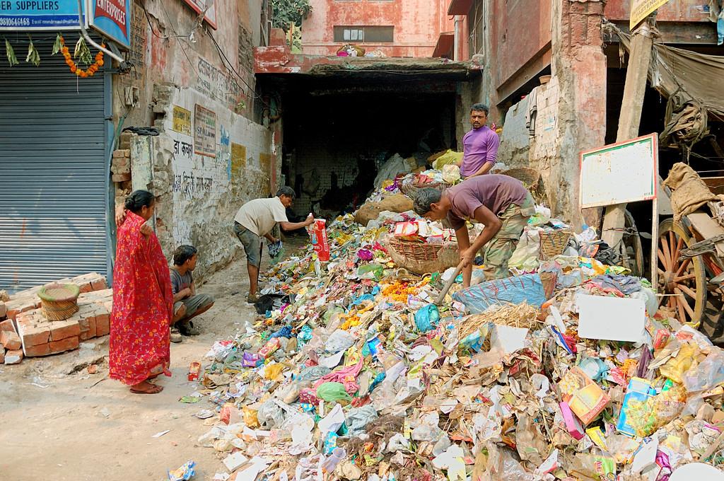 Жители не перестают выбрасывать мусор на улицу