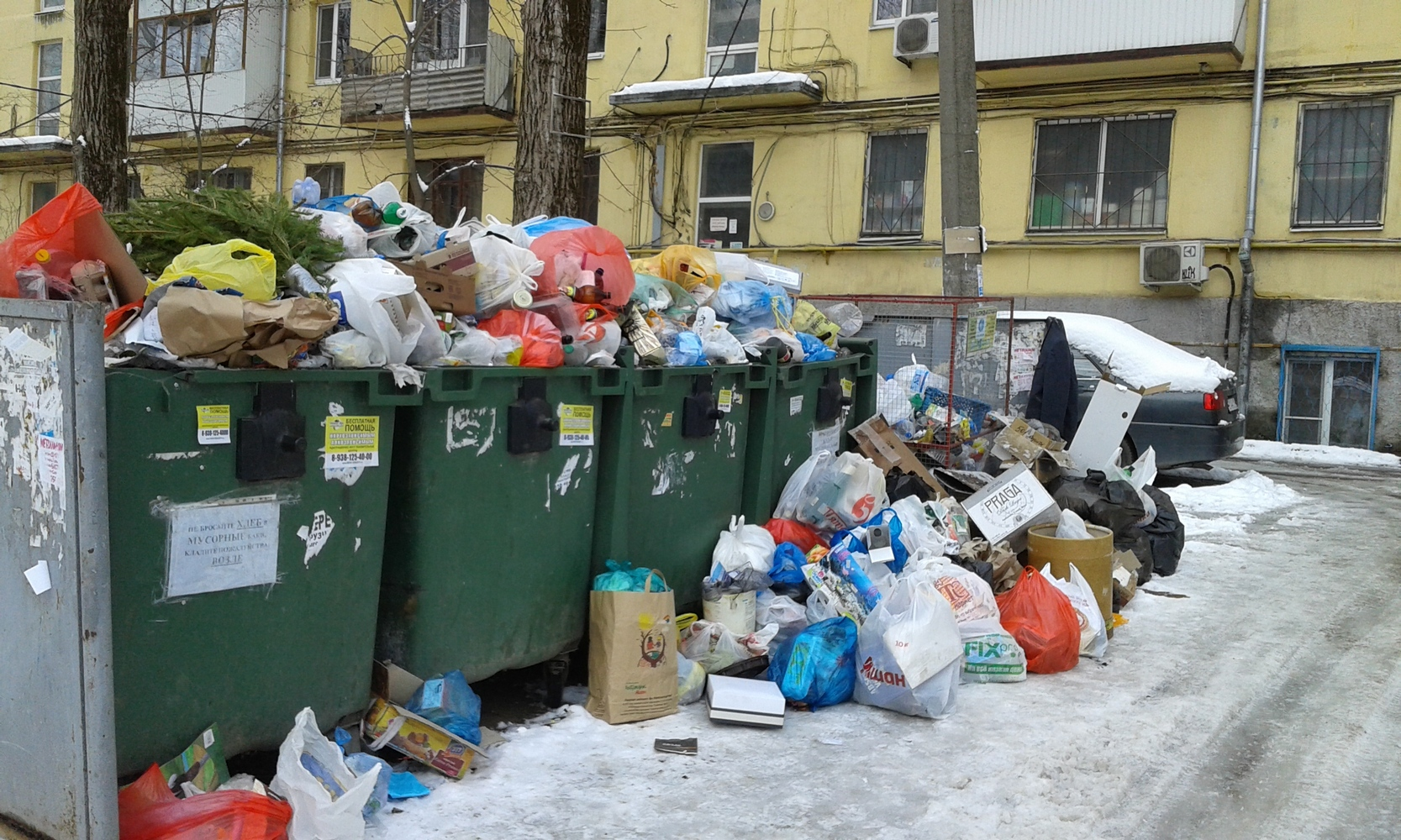 переполненные мусорные контейнеры