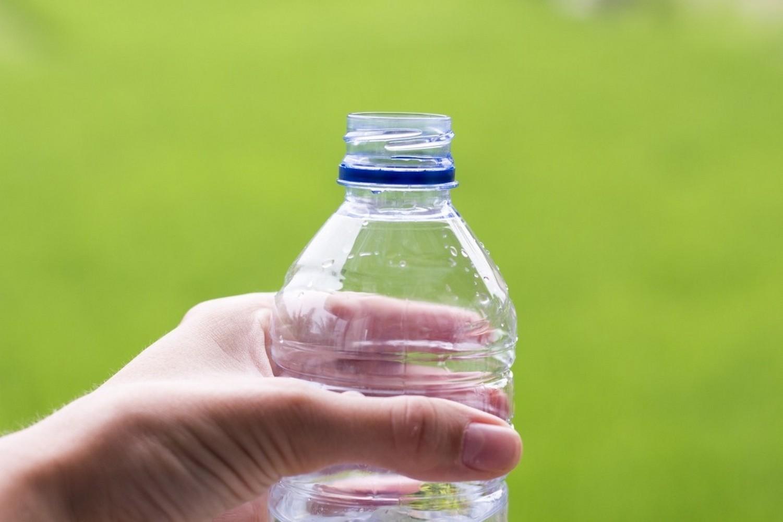 пластиковая бутылка в руке
