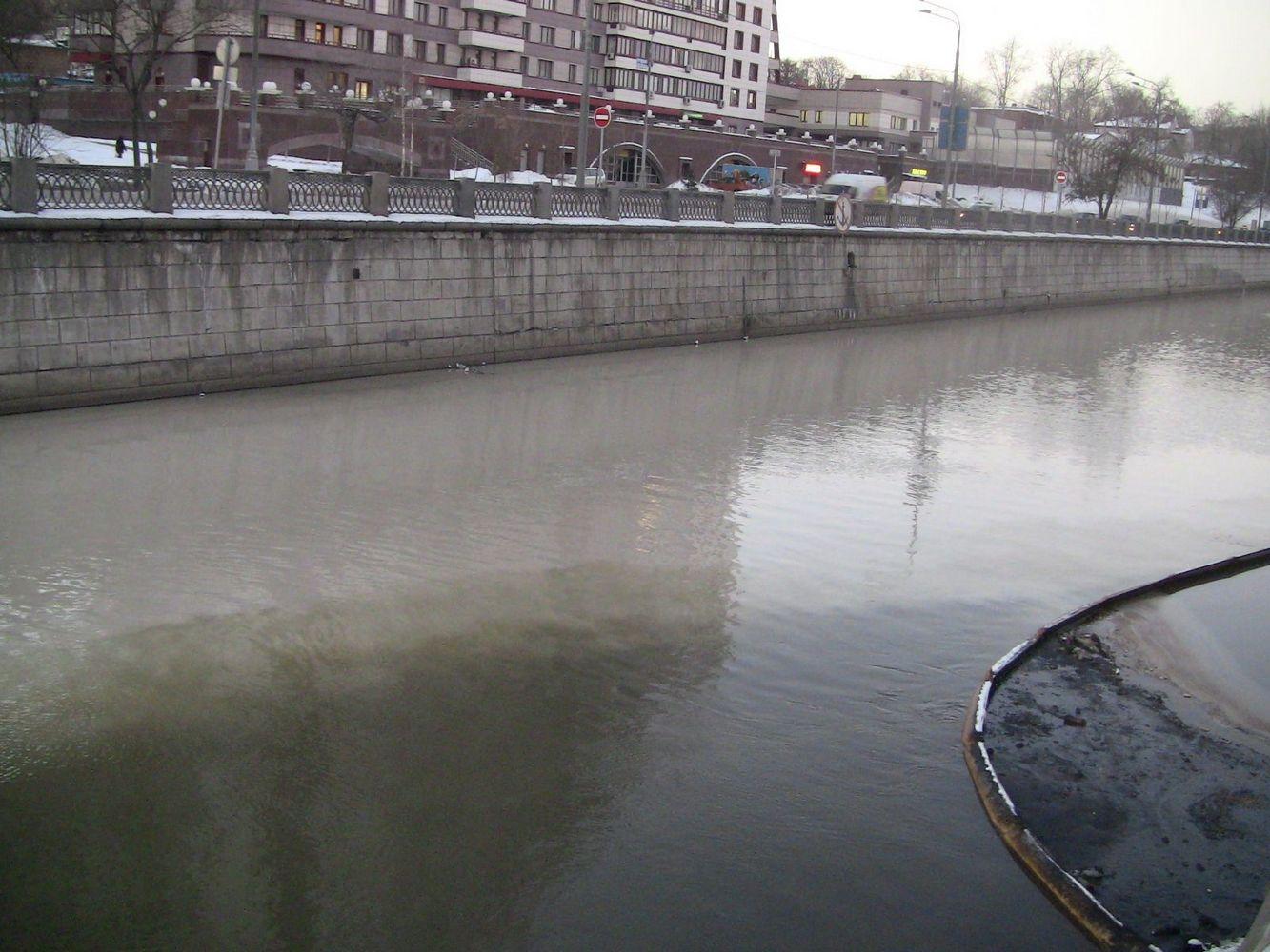 загрязненная река яуза